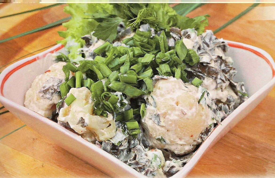 Цветная капуста (800 г.), консервированный зеленый горошек (200 г.), уксус, растительное масло, зелень.